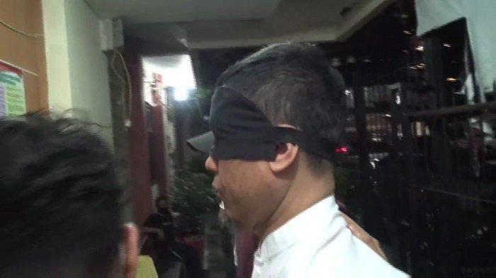 Mantan petinggi Front Pembela Islam (FPI) Munarman digiring ke Rutan Polda Metro Jaya dengan mata tertutup kain hitam seusai ditangkap Densus 88 Antiteror Polri pada Selasa (27/4/2021) malam.