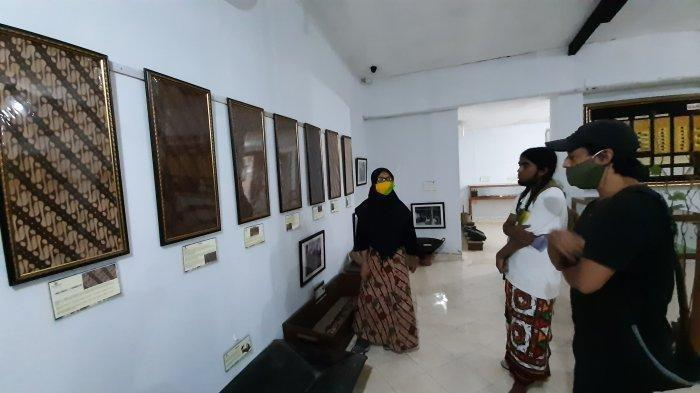 Pengunjung menikmati wisata sejarah batik dan membatik secara langsung di Museum Batik Yogyakarta di Jalan Dr Sutomo Nomor 13A, Kota Yogyakarta, Selasa (19/1/2021).
