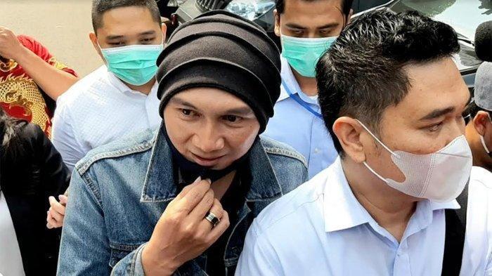 Musisi Anji penuhi panggilan penyidik Polda Metro Jaya, terkait laporan dari Muannas Alaidid - Penyanyi Anji ditangkap atas dugaan kasus narkoba berjenis ganja, polisi lakukan pemeriksaan intensif.
