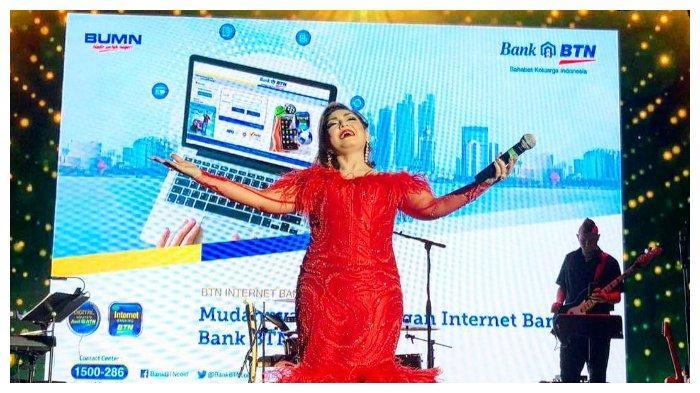 Nia bernyanyi dalam acara yang diselenggarakan oleh Bank BTN