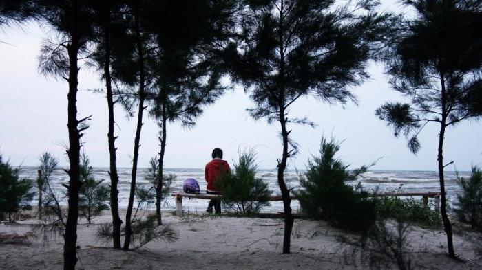 Pengunjung menikmati suasana Pantai Caruban Lasem.