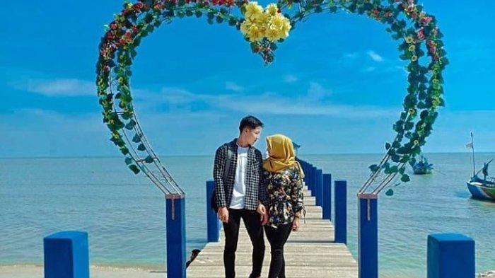 Spot foto bentuk hati di tepi Pantai Pasir Putih Wates