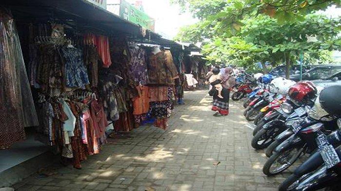 Suasana di Pasar Grosir Batik Setono Kota Pekalongan.