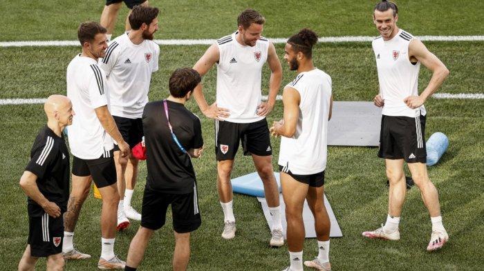 Pemain depan Wales Gareth Bale (kanan) dan rekan satu timnya ambil bagian dalam sesi latihan MD-1 di Stadion Olimpiade di Roma pada 19 Juni 2021, menjelang pertandingan sepak bola Grup A UEFA EURO 2020 melawan Italia.