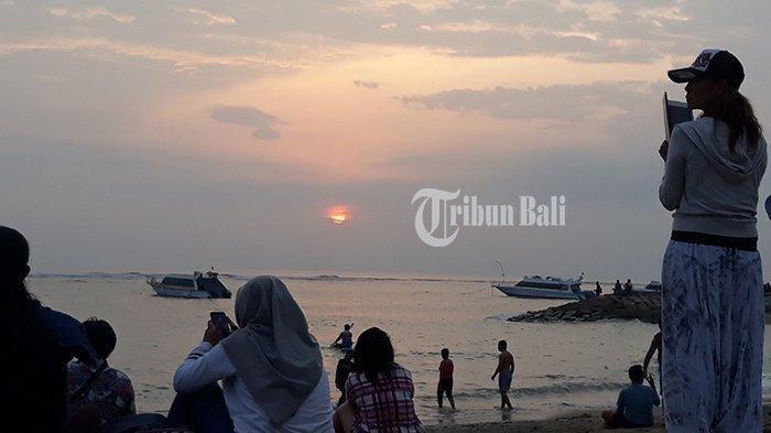 Penampakan matahari pertama tahun 2019 di Pantai Sanur, Selasa (1/1/2018)