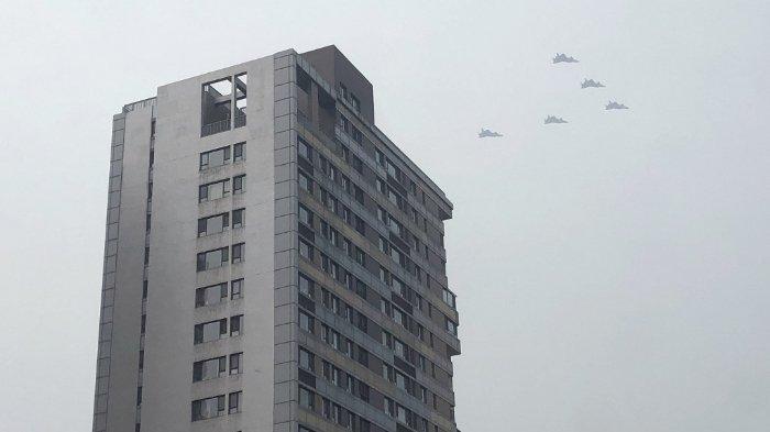 ILUSTRASI - Pesawat tempur siluman J-20 China terbang dalam formasi di atas bangunan tempat tinggal di Beijing pada 13 Juni 2021, selama latihan untuk memperingati 100 tahun berdirinya Partai Komunis, yang dijadwalkan pada 1 Juli.