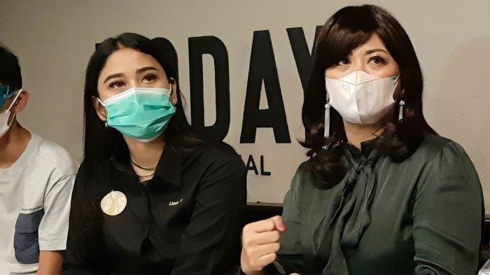 Pesinetron Yuyun Sukawati ditemani Lissa V, pengacaranya, menceritakan kisah pilunya saat menjadi korban dugaan tindak kekerasan dalam rumah tangga yang dilakukan Fajar Umbara, suami keduanya, di kawasan Menteng, Jakarta Pusat, Selasa (6/4/2021). Yuyun Sukawati sudah melaporkan suaminya ke polisi