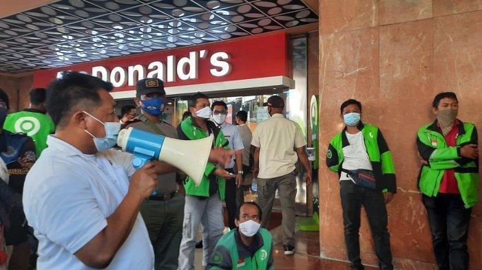Petugas Satpol PP Kota Semarang membubarkan kerumunan dan menutup sementara McDonald's Mall Ciputra, Rabu (9/6/2021).