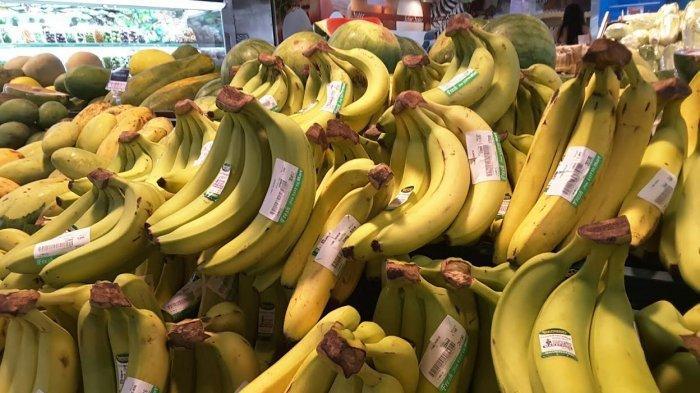 Sejumlah buah turun harga di LotteMart Mal Panakkukang (MP) salah satu yang turun harga yaitu pisang cavendish.