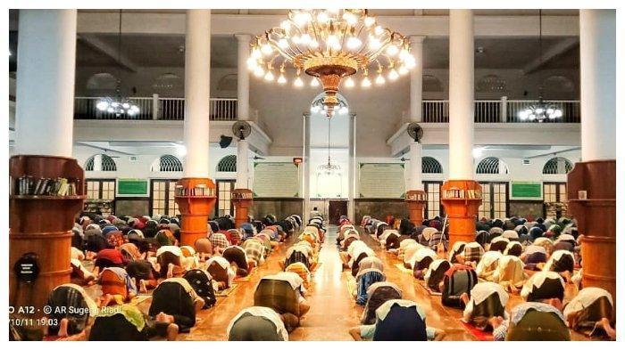 Sholat di Masjid.