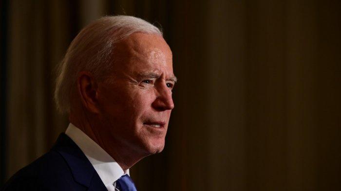 Presiden AS Joe Biden mengambil sumpah presiden selama upacara virtual di Ruang Makan Negara Gedung Putih di Washington, DC, setelah dilantik di US Capitol pada 20 Januari 2021.
