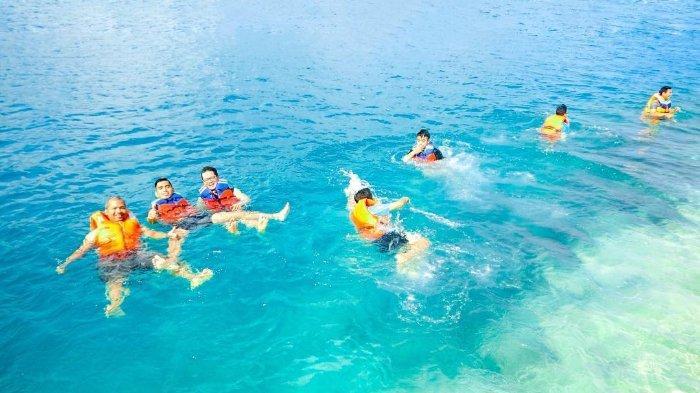 Pengunjung berenang di pantai yang berada di kawasan Pulau Ranoh