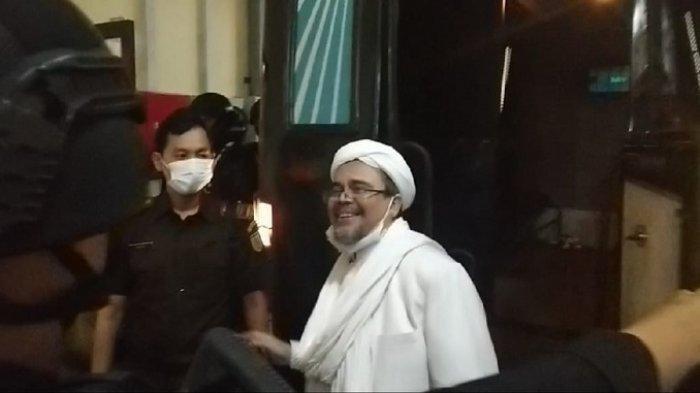 Habib Rizieq Shihab bersama Lima Mantan Petinggi FPI usai menjalani sidang vonis perkara kerumunan Petamburan di ruang sidang utama PN Jakarta Timur, Kamis (27/5/2021).