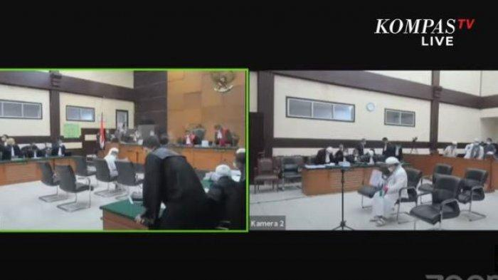 Rizieq Shihab ditegur Majelis Hakim Pengadilan Negeri Jakarta Timur lantaran menggunakan syal bendera Indonesia-Palestina di ruang persidangan, Kamis (20/5/2021).