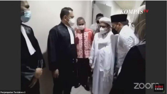 Muhammad Rizieq Shihab sempat berdebat dengan Tim Jaksa Penuntut Umum (JPU) yang menjemputnya untuk menghadiri sidang secara online, di gedung Badan Reserse Kriminal (Bareskrim) Polri, Jumat (19/3/2021).