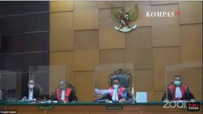 Terdakwa kasus kerumunan Rizieq Shihab berdebat dengan majelis hakim Pengadilan Negeri Jakarta Timur, Jumat (19/3/2021).