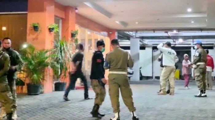 Sejumlah anggota Satpol PP Kota Surabaya saat melakukan penggrebekan terhadap oknum anggota yang diduga berselingkuh di salah satu hotel di Surabaya, Jumat (16/4/2021) malam.
