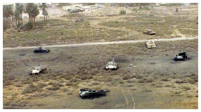 Beberapa tank Irak yang rusak karena terkena serangan.