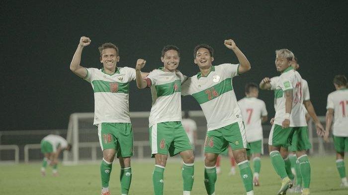 Selebrasi gol pemain Timnas Indonesia atas gol Evan Dimas, dalam laga uji coba timnas Indonesia vs Oman, di Stadion The Seven's, Dubai, Uni Emirate Arab, pada Sabtu (29/5/2021).