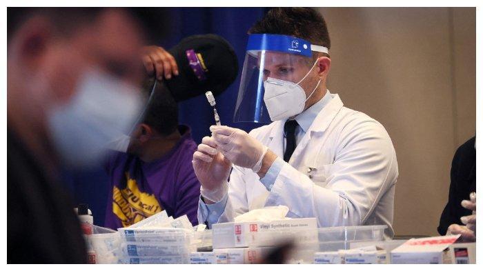 Seorang-tenaga-medis-vaksin-Amerika.jpg