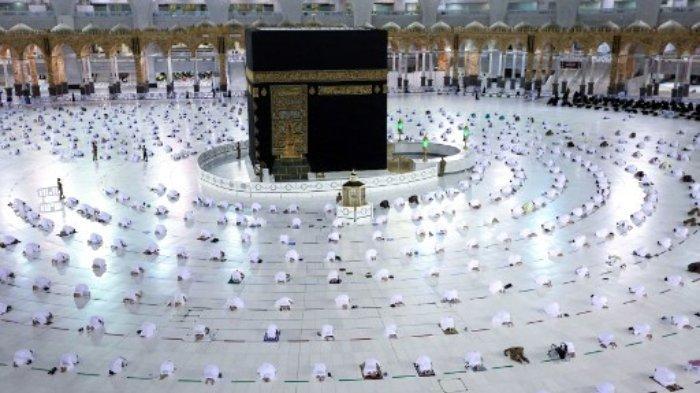 Pelaksanaan shalat Tarawih malam pertama puasa Ramadhan di sekitar Ka'bah di kompleks Masjidil Haram, Mekkah, Selasa (13/4/2021). Pihak berwenang Saudi mengatakan pada 5 April hanya orang yang diimunisasi terhadap COVID-19 yang diizinkan. untuk menunaikan umrah sepanjang tahun dari awal Ramadhan, bulan suci puasa bagi umat Islam.