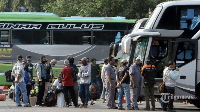 ILUSTRASI MUDIK : Suasana penumpang di Terminal Kampung Rambutan, Jakarta Timur, Rabu (22/4/2020). Awak bus dan karyawan perusahaan bus resah dengan kebijakan pemerintah melarang mudik yang berlaku mulai tanggal 24 April 2020 karena akan menghilangkan mata pencaharian mereka dan meminta kompensasi selama tidak bekerja.