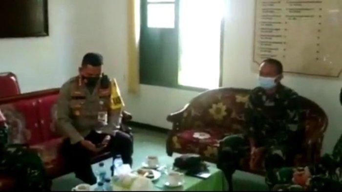 Kapolresta Malang Kota Kombes Pol Leornadus Simarmata saat mendampingi anggotanya meminta maaf karena salah sasaran penangkapan