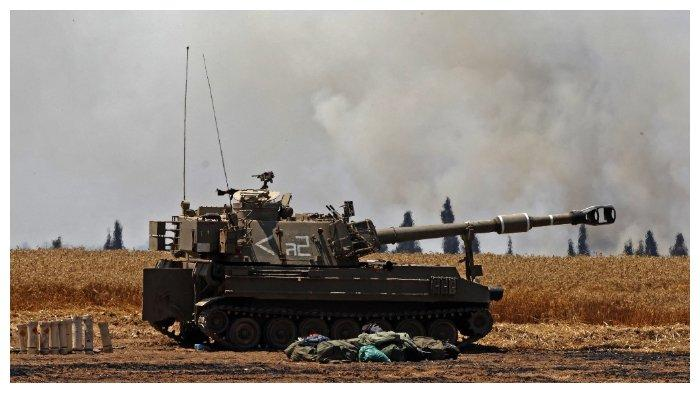 Tentara Israel menembakkan peluru artileri ke arah Jalur Gaza Strip dari posisi mereka di dekat Kota Sderot, Israel selatan, pada 14 Mei 2021.
