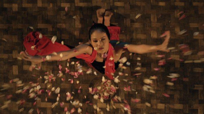 Della Dartyan sebagai Sukma dalam film Tarian Lengger Maut (2021).