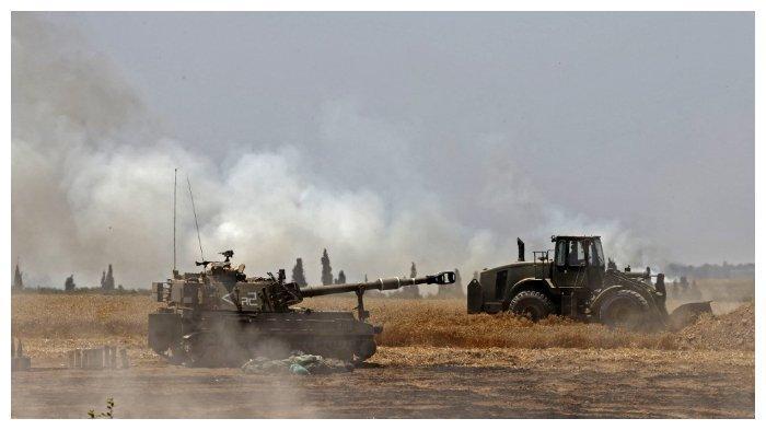 Tentara Israel menembakkan peluru artileri ke arah Jalur Gaza dari posisi mereka Kota Sderot, Israel bagian selatan, 14 Mei 2021.