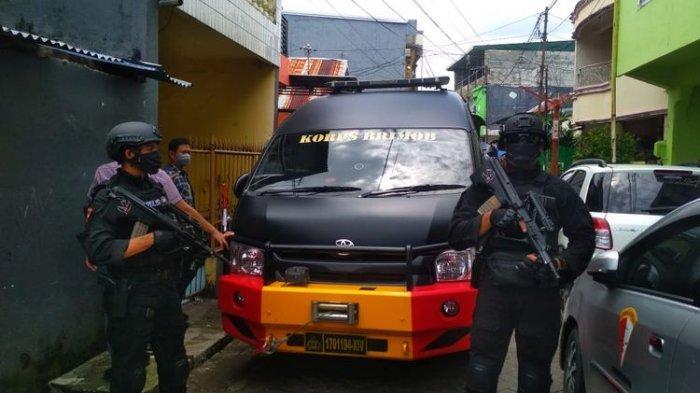 Tim-Densus-88-Antiteror-Polri-menggeledah-rumah-L-terduga-pelaku-bom-Makassar-2.jpg