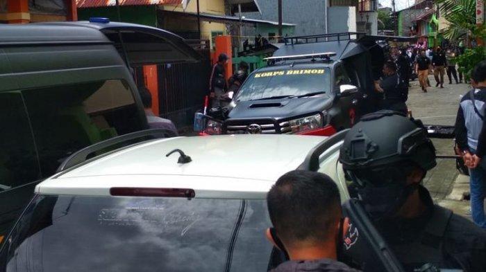 Tim Densus 88 Antiteror Polri menggeledah rumah L, terduga pelaku bom Gereja Katedral Makassar di Jalan Tinumbu, Kecamatan Bontoala, Makassar pada Senin (29/3/2021).