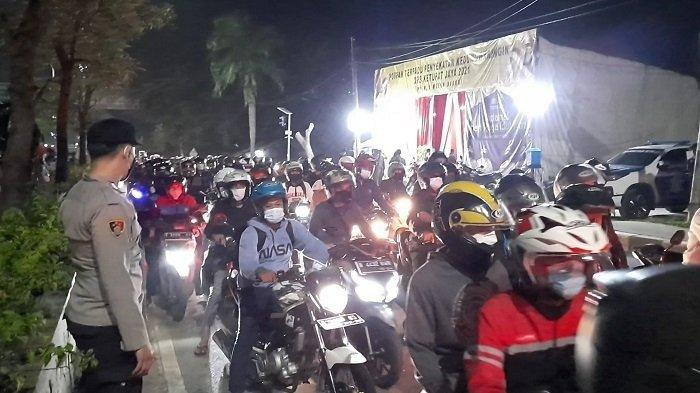 Titik penyekatan Larangan Mudik 1442 Hijriyah/ 2021, Jalur Pantura Kedungwaringin, perbatasan Kabupaten Bekasi-Karawang kembali ramai dilintasi pemudik, Senin (10/5/2021) malam.