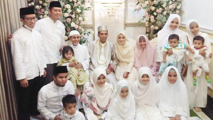 Ustadz Abdul Samad (UAS) resmi menikahi Fatimah Az Zahra Salim Barabud pada Rabu (28/4/2021) di kediaman Fatimah di Jombang, Jawa Timur.