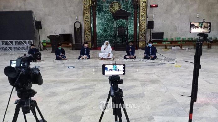 Takbir Virtual - Sejumlah imam sedang mengumandangkan takbir di Masjid Agung, Sunda Kalapa, Sabtu (23/5/2020). Inilah bacaan takbir jelang Idul Fitri versi pendek dan panjang, lengkap dengan lafal latin dan artinya.