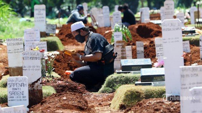 Warga-berziarah-kubur-di-makam-keluarganya-korban-Covid-19-di-TPU-Pondok-Ranggon-2452020.jpg