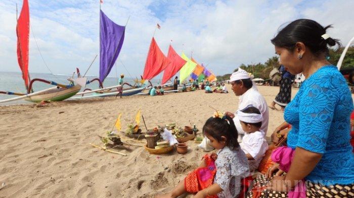 Warga mengikuti Lomba Perahu Jukung Tradisional di Pantai Sanur Bali (9/8/2017)