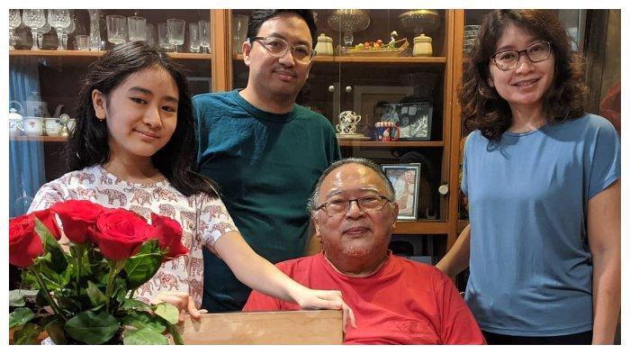 Wimar Witoelar bersama keluarga