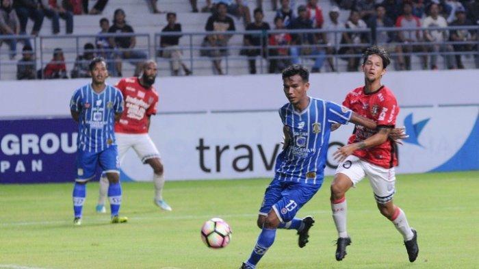 Yudi Khoerudin mengamankan bola dari serangan yang dibangun pemain Bali United Irfan Bachdim