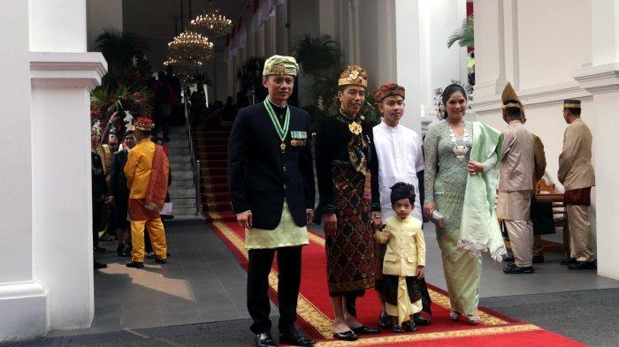 Presiden Joko Widodo (Jokowi) bersama putra sulungnya, Gibran Rakabuming Raka dan cucunya, Jan Ethes Srinarendra menyambut Komandan Kogasma Partai Demokrat. Agus Harimurti Yudhoyono (AHY) dan istri, Annisa Pohan yang hadir untuk mengikuti Upacara Peringatan Detik-detik Proklamasi Kemerdekaan Indonesia yang ke-74 di Istana Merdeka, Jakarta Pusat, Sabtu (17/8/2019). Peringatan HUT RI tahun ini mengangkat tema