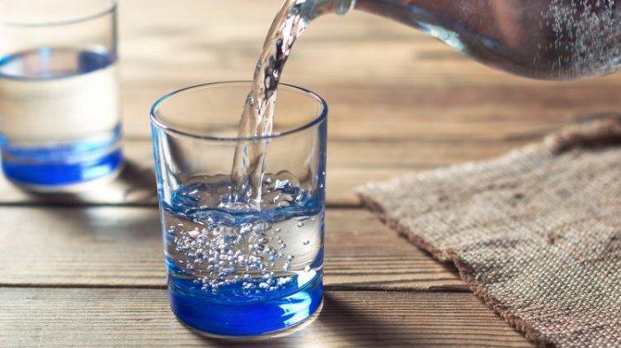 Minum air saat perut kosong.