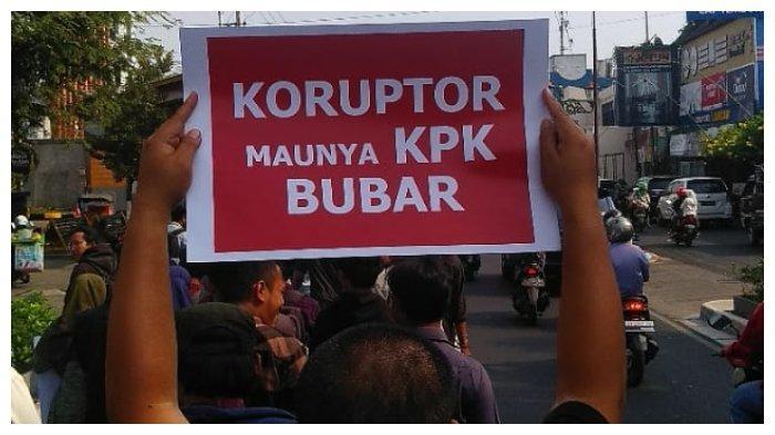 Poster yang dibawa salah seorang massa aksi yang tergabung dalam Jaringan Anti Korupsi (JAK) Yogyakarta, Selasa (17/9/2019). (TribunnewsWIKI/Istimewa)