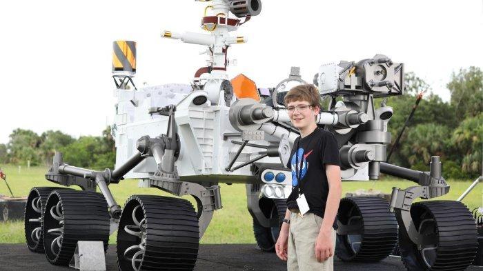 Alex Mather yang berusia tiga belas tahun berbicara kepada media di depan mock-up bajak Ketekunan di Stasiun Angkatan Udara Cape Canaveral di Florida pada 28 Juli 2020. Mather bertanggung jawab atas penamaan rove. Ketekunan diatur untuk diluncurkan pada 30 Juli 2020. Ini akan mencari tanda-tanda kehidupan kuno dan mengumpulkan sampel batuan dan tanah untuk kemungkinan kembali ke Bumi. Atlas V adalah salah satu roket terbesar yang tersedia untuk penerbangan antarplanet, setelah juga meluncurkan InSight dan Curiosity ke Mars. Kendaraan peluncuran disediakan oleh United Launch Alliance. Ketekunan dijadwalkan tiba di Kawah Jezero di Mars pada 18 Februari 2021 dan juga akan membawa Helikopter Mars sebagai bagian dari demonstrasi teknologi.