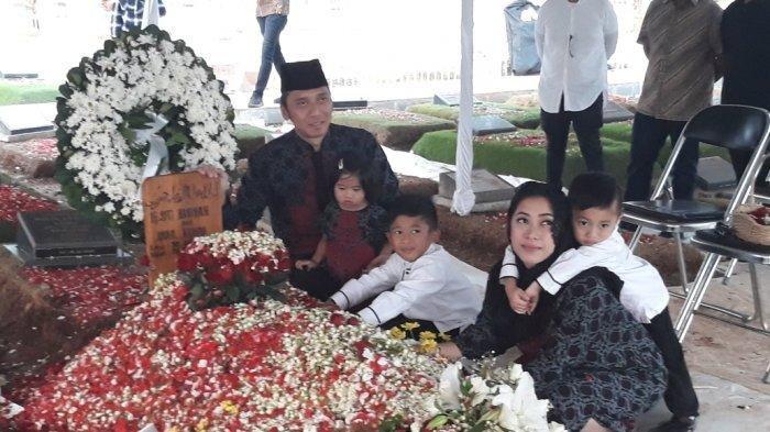 Edhie Baskoro Yudhoyono atau Ibas bersama sang istri Sity Ruby Aliya Rajasa dan ketiga anaknya berziarah ke makam Siti Habibah di TPU Tanah Kusir, Jakarta Selatan.