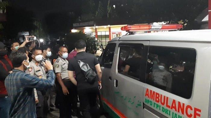 Mobil ambulans Front Pembela Islam (FPI) yang digunakan untuk membawa keenam jenazah terduga pelaku penyerangan anggota Polisi tiba di RS Polri Kramat Jati, Jakarta Timur.