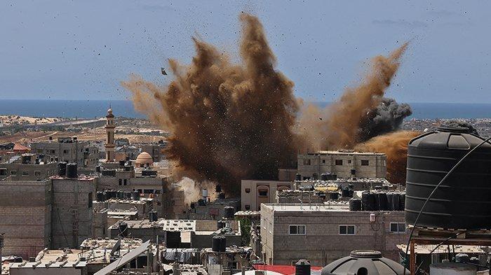 Sebuah bangunan yang ditargetkan dihantam selama serangan udara Israel di Rafah di Jalur Gaza selatan, Palestina, pada 20 Mei 2021. Serangan brutal Israel selama 11 hari ke Jalur Gaza telah menewaskan
