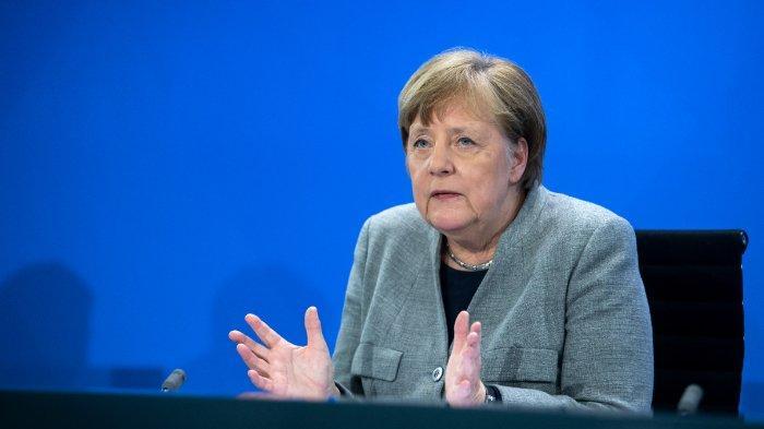 Kanselir Jerman Angela Merkel berpidato di konferensi pers mengenai langkah-langkah pemerintah Jerman untuk menghindari penyebaran coronavirus novel COVID-19 lebih lanjut, pada 15 April 2020 setelah konferensi video dengan para pemimpin negara-negara federal Jerman di kanselir di Berlin. Kanselir Jerman Angela Merkel mengumumkan langkah pertama dalam membatalkan pembatasan coronavirus yang telah menjerumuskan ekonomi ke dalam resesi, dengan sebagian besar toko diizinkan untuk membuka meskipun sekolah harus tetap ditutup sampai 4 Mei