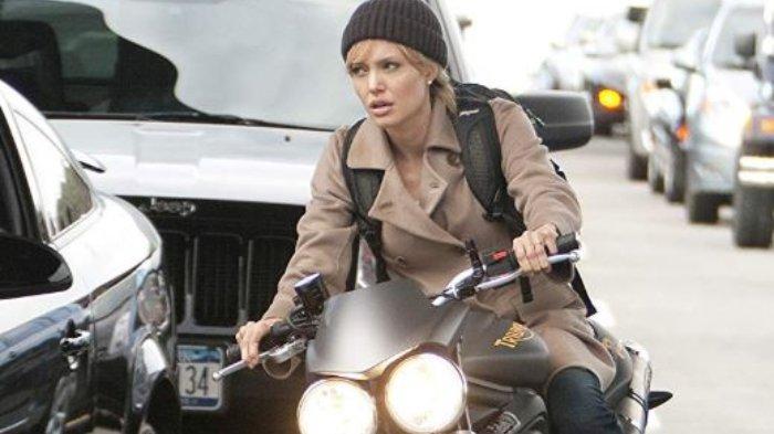 Angelina Jolie dalam adegan di film Salt