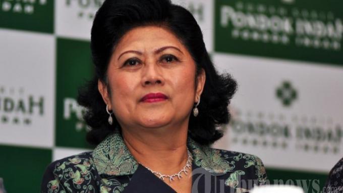 Ani Yudhoyono dalam konferensi pers mengenai kelahiran dan nama buah hati dari pasangan Edhie Baskoro Yudhoyono dan Aliya Rajasa di RS Pondok Indah Jakarta Selatan, Senin (24/12/2012/2012).