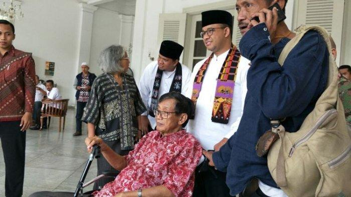 Gubernur DKI Jakarta Anies Baswedan dan Ketua Pusat Dokumentasi Sastra HB Jassin, Ajip Rosidi, di Balai Kota DKI Jakarta, Kamis (2/11/2017). (KOMPAS.com/JESSI CARINA)